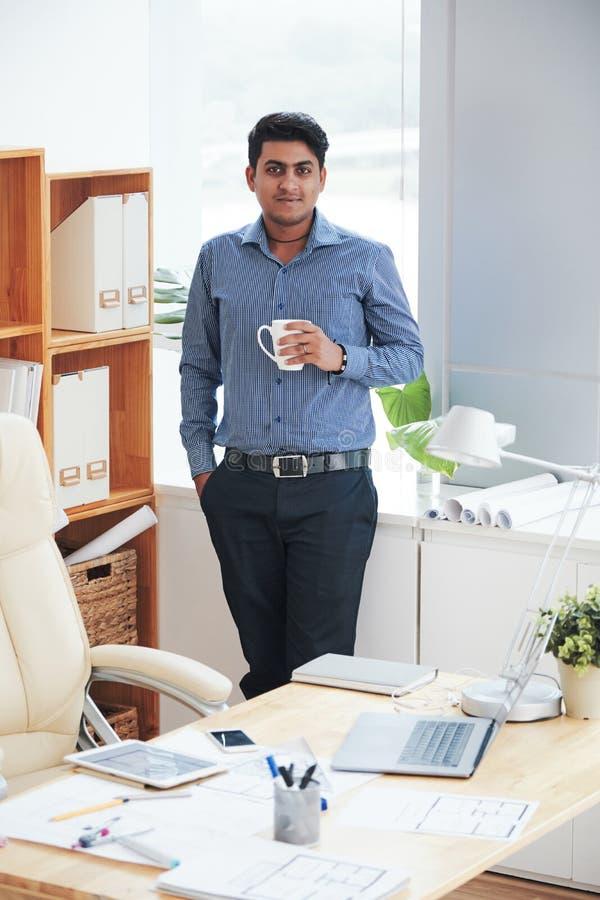 咖啡饮用的工程师 免版税库存图片