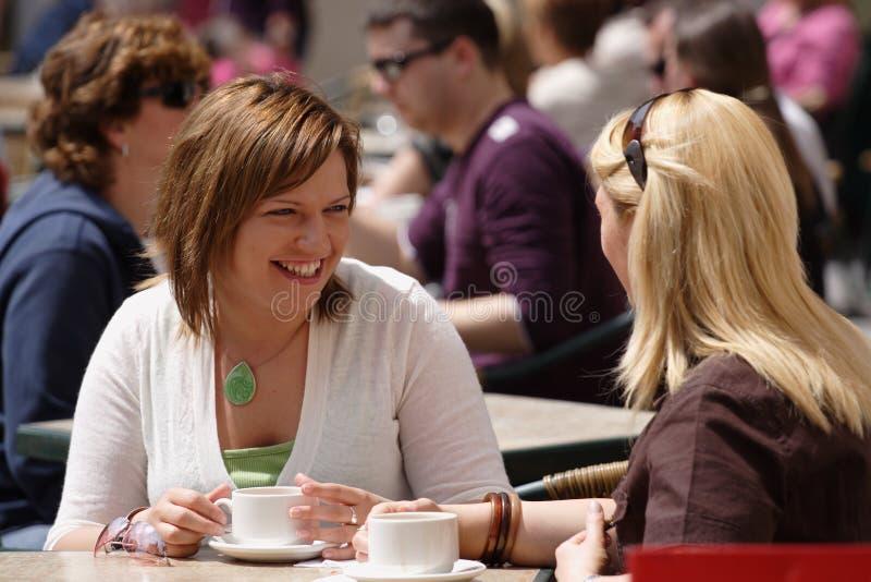 咖啡饮用的朋友外面 图库摄影