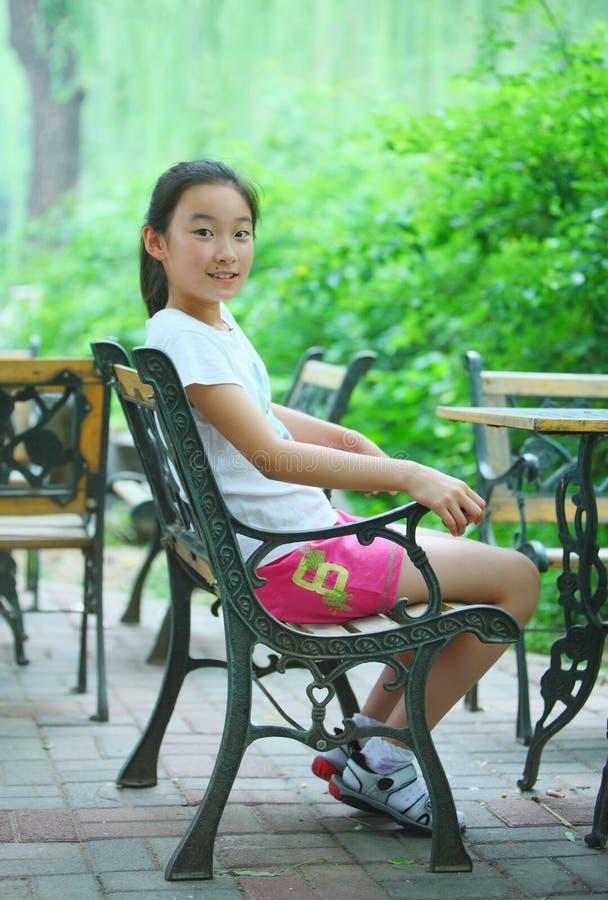 咖啡馆中国人女孩 免版税库存照片