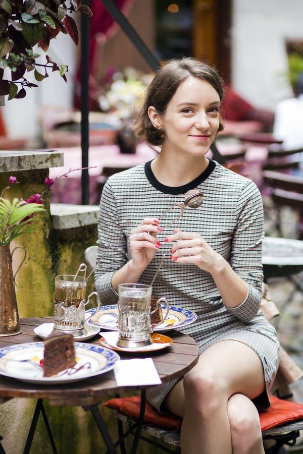 咖啡馆举行仪器的妇女为酿造茶 库存图片