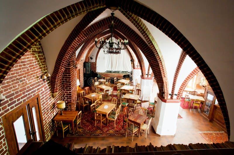 咖啡馆内部在有砖墙的古老的天主教堂里 库存图片