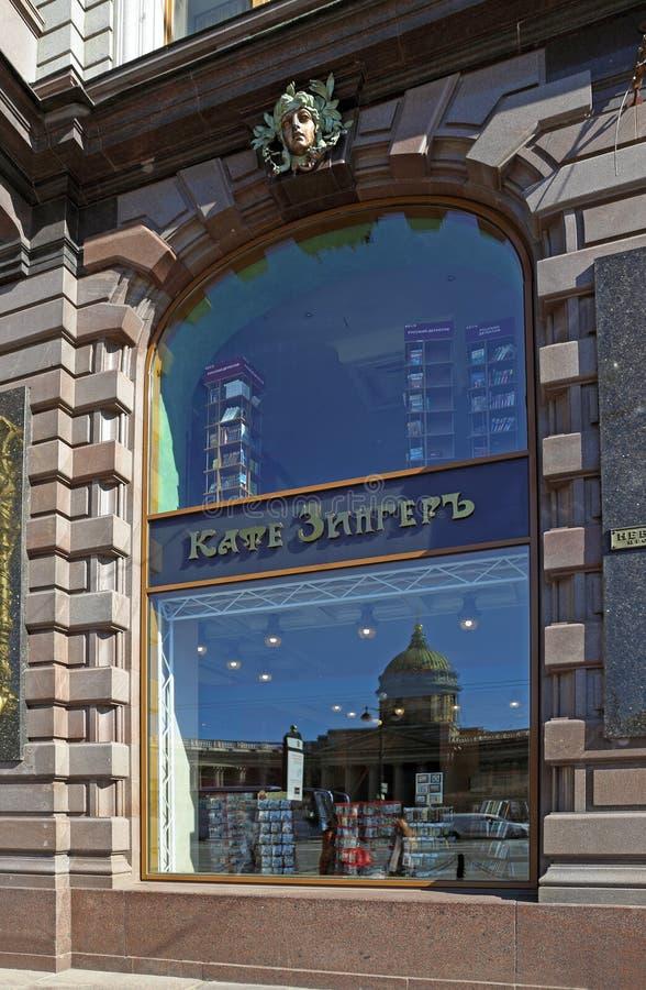 咖啡馆和书店歌手的窗口在圣彼德堡 库存照片