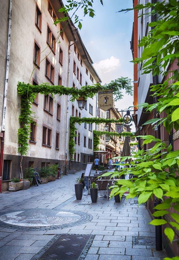 咖啡馆和商店街道在史特拉斯堡,区域小法国, J 免版税库存图片