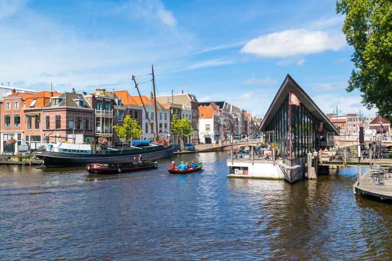 咖啡馆和小船在Galgewater运河在莱顿,荷兰 库存照片