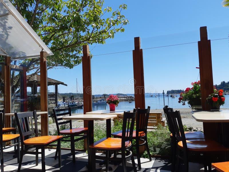 咖啡馆商店有海湾和海滩的看法 库存照片
