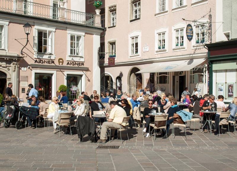咖啡馆在修改市场上在老镇,萨尔茨堡 图库摄影
