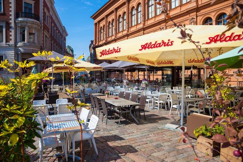 咖啡馆在早晨大教堂广场在老里加,拉脱维亚 库存图片