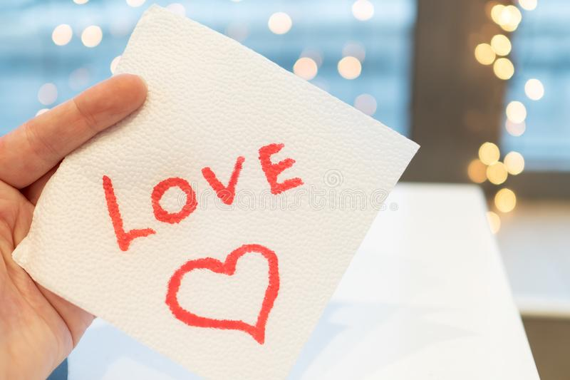 咖啡馆在餐巾写了爱消息 免版税库存照片