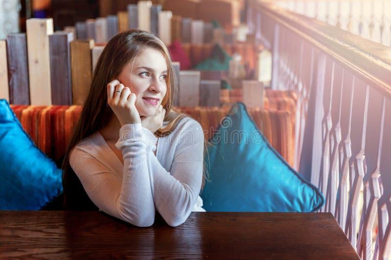 咖啡馆坐的妇女年轻人 免版税图库摄影