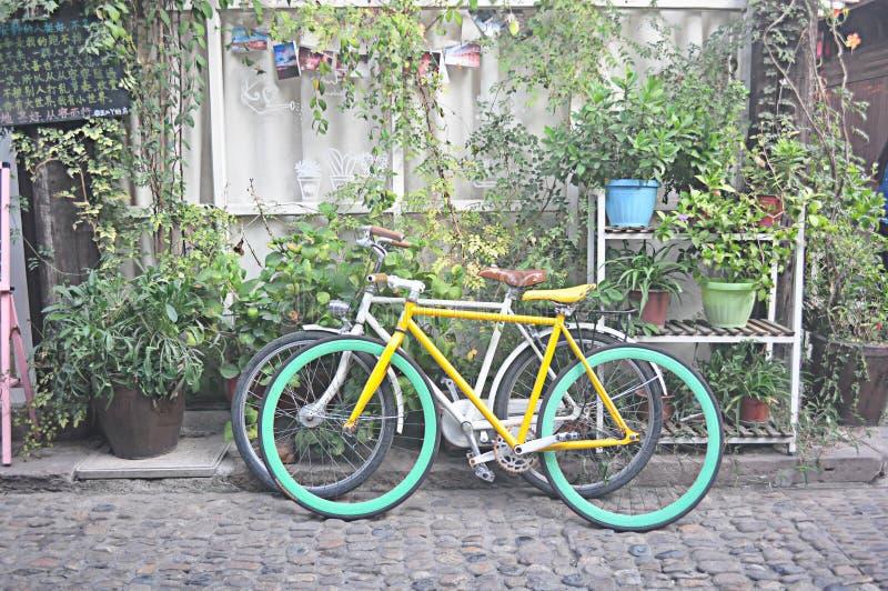 咖啡馆外部自行车艺术摄影空间 免版税库存图片