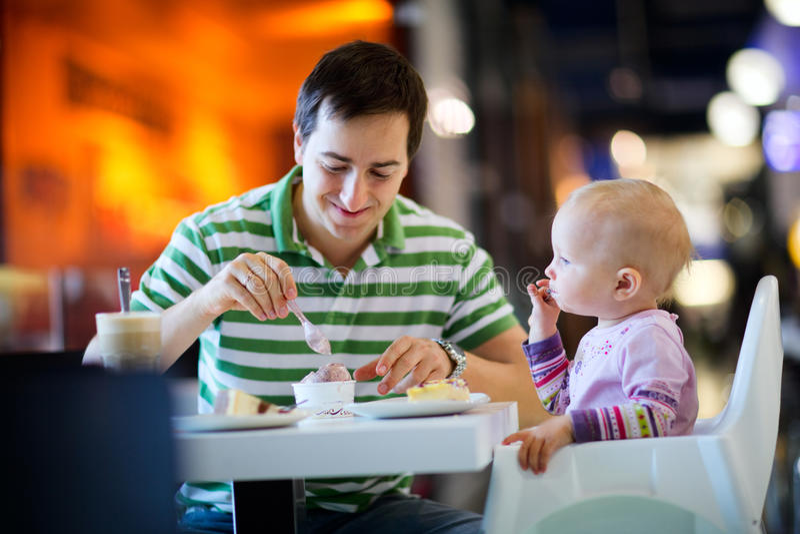 咖啡馆女儿父亲 免版税库存照片