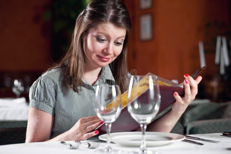 咖啡馆女孩查找菜单 免版税库存图片