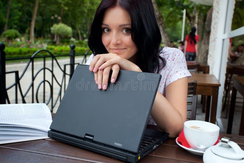 咖啡馆女孩膝上型计算机 库存图片
