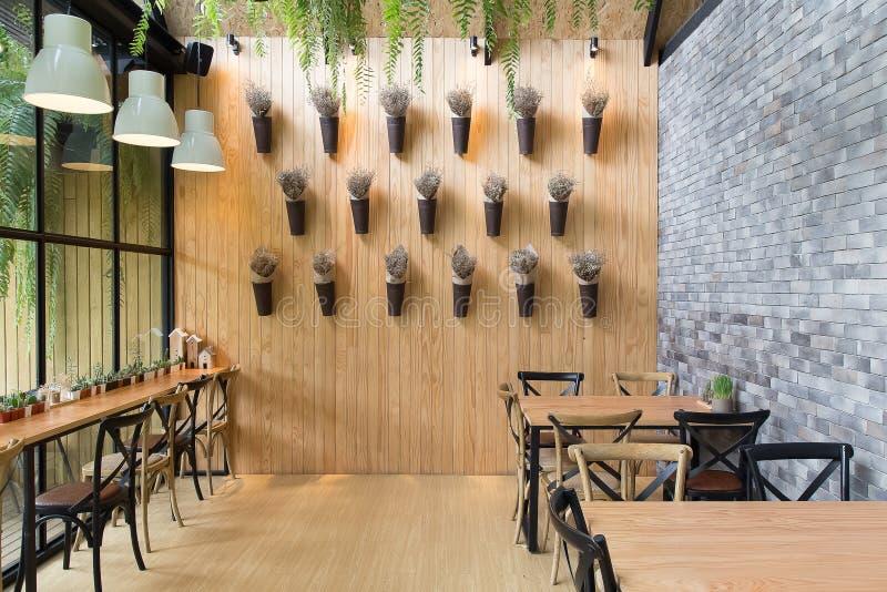 咖啡馆室内设计现代葡萄酒样式为放松时间backg 免版税库存图片