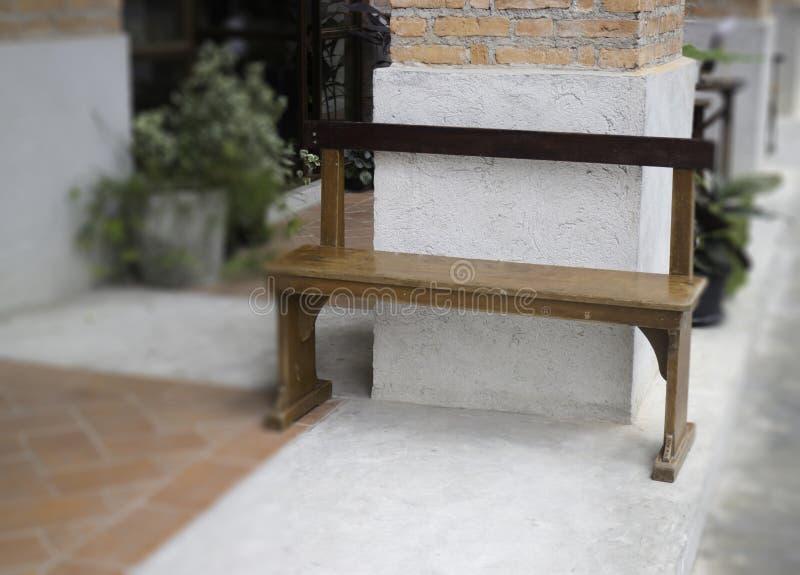 咖啡馆室外长木凳区域 免版税库存照片