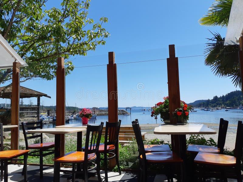 咖啡馆有海湾和海滩的看法 免版税库存照片