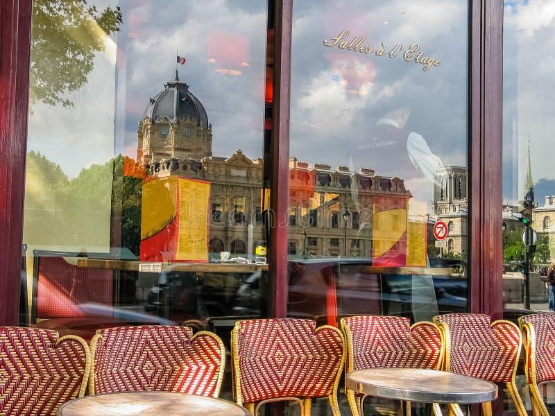 咖啡馆澳大利亚在塞纳河堤防的Vieux Chatelet 图库摄影
