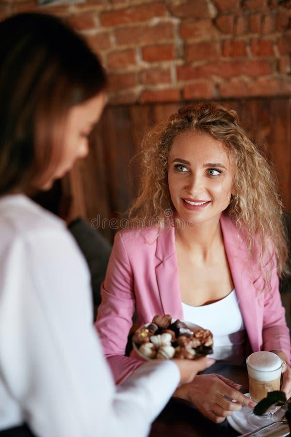 咖啡馆的人们 服务女性客户的女服务员 免版税库存照片