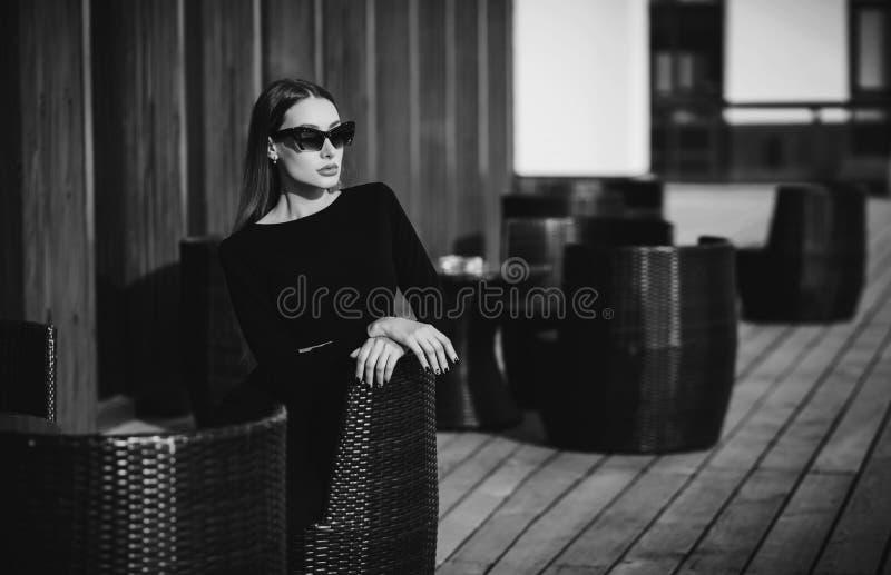 咖啡馆的典雅的女实业家 免版税图库摄影