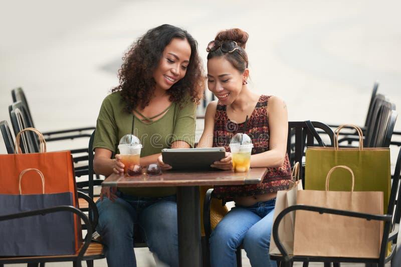咖啡馆的女性朋友 免版税库存照片