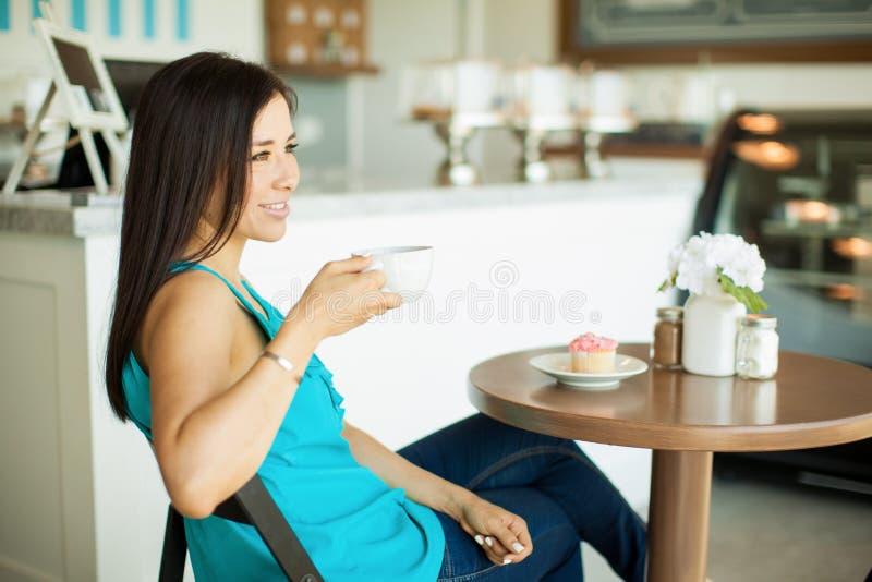Download 咖啡馆的愉快的女孩 库存图片. 图片 包括有 放松, 客户, 成人, 复制, 空间, 女性, 酥皮点心, 微笑 - 59109417