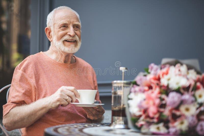 咖啡馆的晚年等待的妇女的快乐的人 库存图片