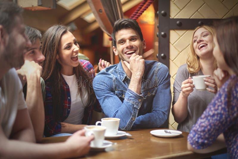咖啡馆的最好的朋友 免版税库存照片