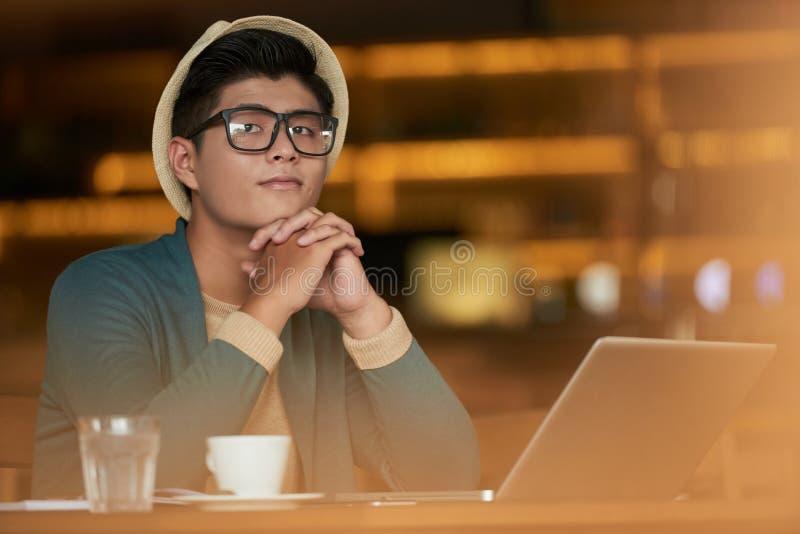 咖啡馆的梦想的年轻人 库存照片