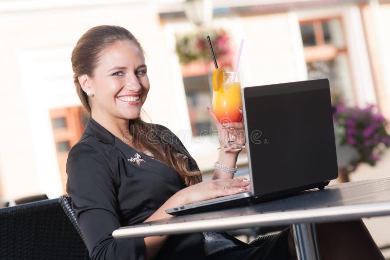 咖啡馆的美丽的女实业家 库存照片