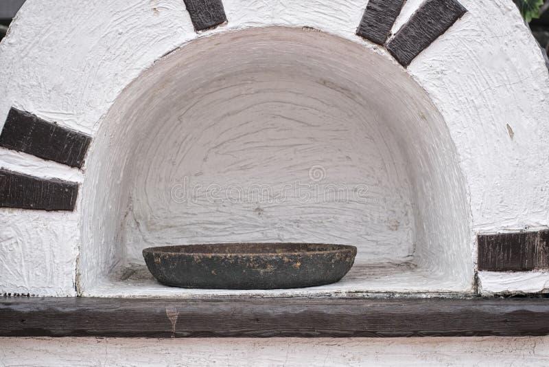 咖啡馆的设计以一个被模仿的熔炉的形式有油煎长柄浅锅的铸铁的 免版税图库摄影