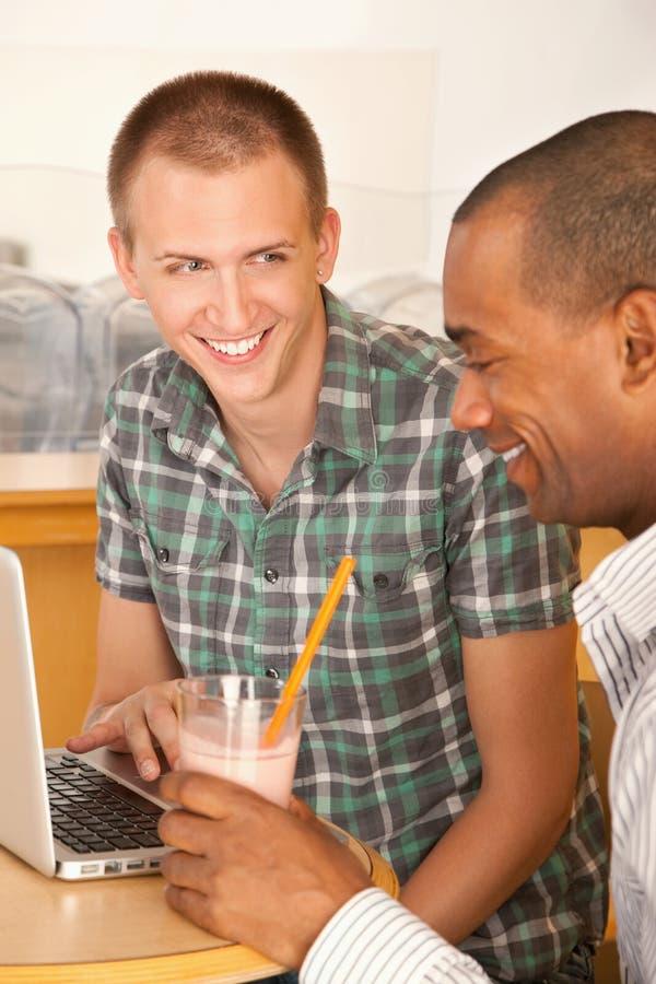 咖啡馆膝上型计算机人二使用 免版税库存照片