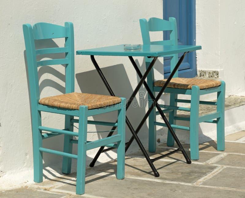 咖啡馆表在希腊海岛 图库摄影