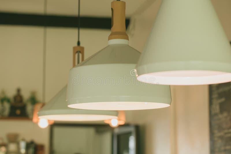 咖啡馆装饰点燃室内设计的特写镜头吊 免版税库存图片