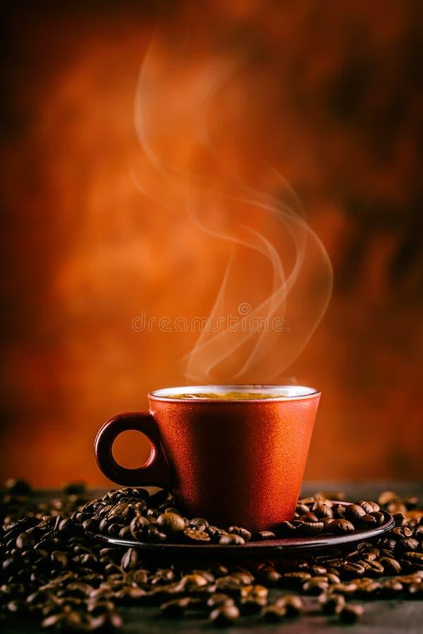 咖啡 杯无奶咖啡和溢出的咖啡豆 背景中断咖啡新月形面包杯子甜点 库存照片