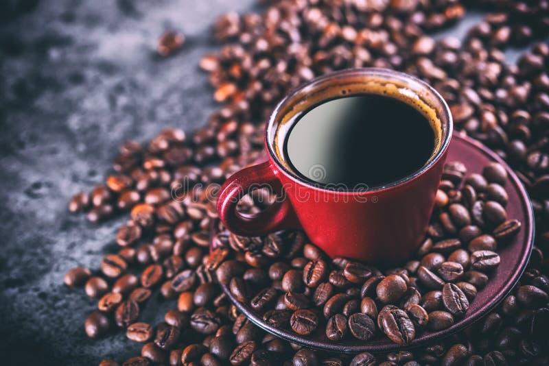 咖啡 杯无奶咖啡和溢出的咖啡豆 背景中断咖啡新月形面包杯子甜点 免版税库存图片
