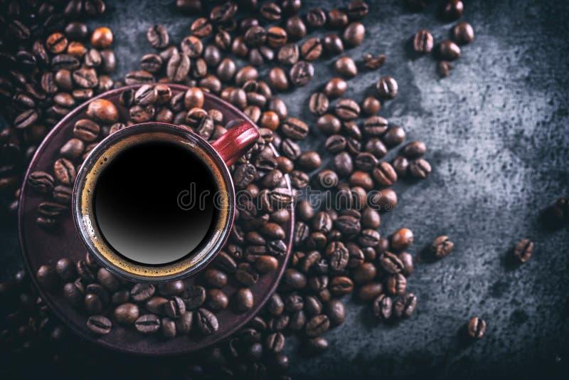 咖啡 杯无奶咖啡和溢出的咖啡豆 背景中断咖啡新月形面包杯子甜点 库存图片