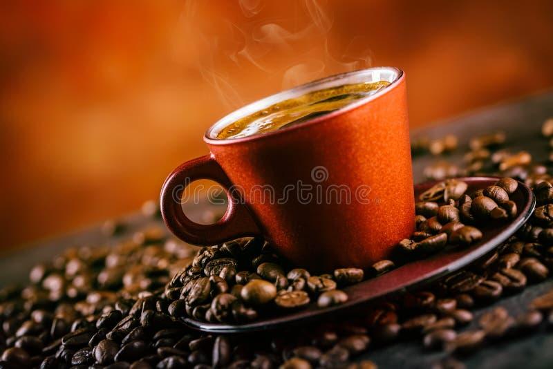 咖啡 杯无奶咖啡和溢出的咖啡豆 背景中断咖啡新月形面包杯子甜点 图库摄影