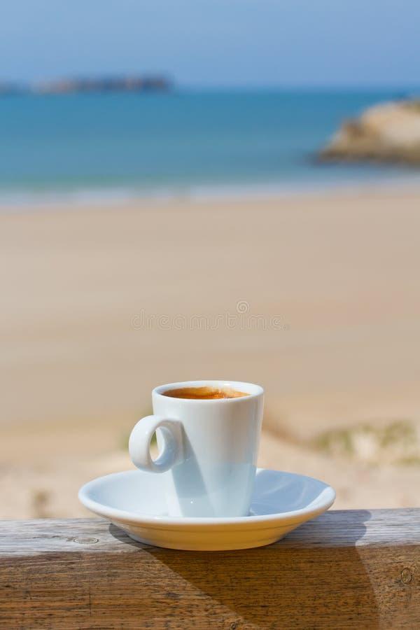 Download 咖啡 库存照片. 图片 包括有 投反对票, 制动手, 咖啡, 液体, 早晨, 可口, 细分, 饮料, 严格 - 30334870
