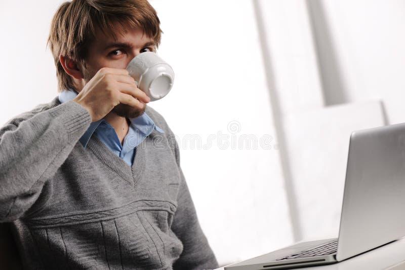 咖啡drining的办公室 免版税图库摄影