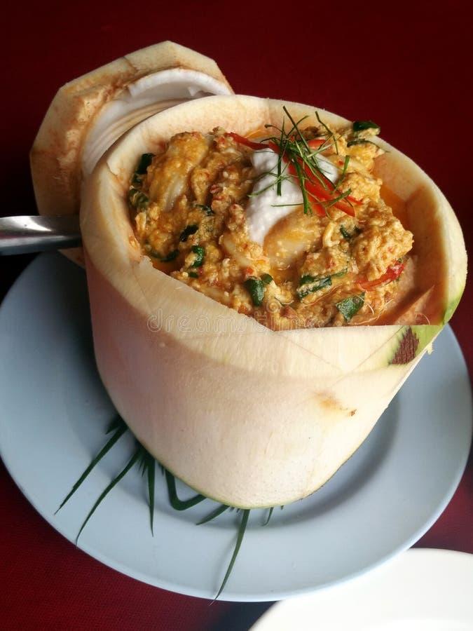 咖喱放出了在椰子杯的海鲜 免版税图库摄影