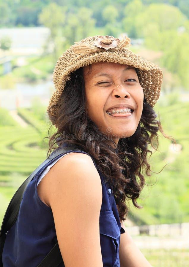 咧嘴笑的热带女孩 免版税库存照片