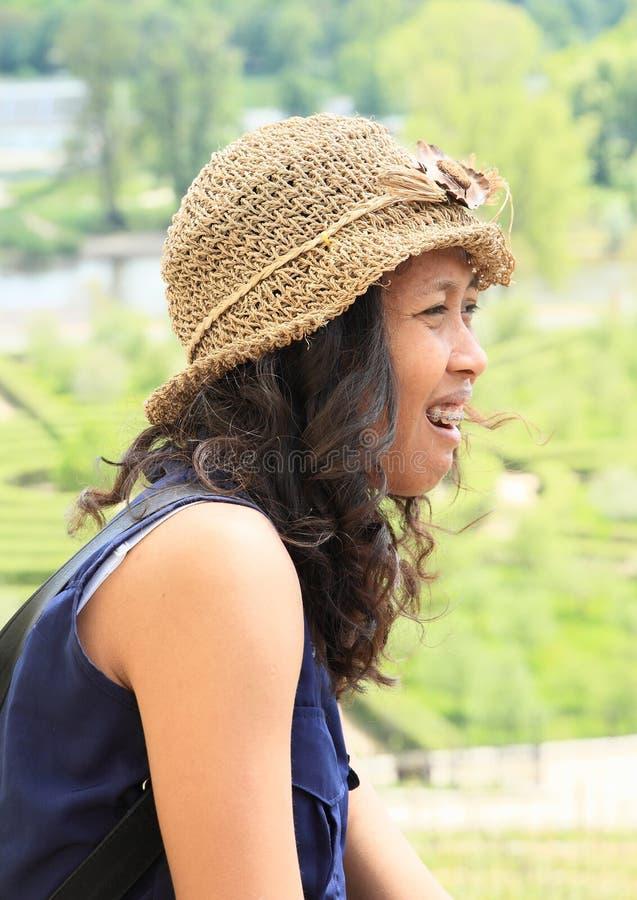 咧嘴笑的热带女孩 免版税库存图片