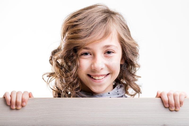 咧嘴笑的年轻金发女孩 免版税库存图片