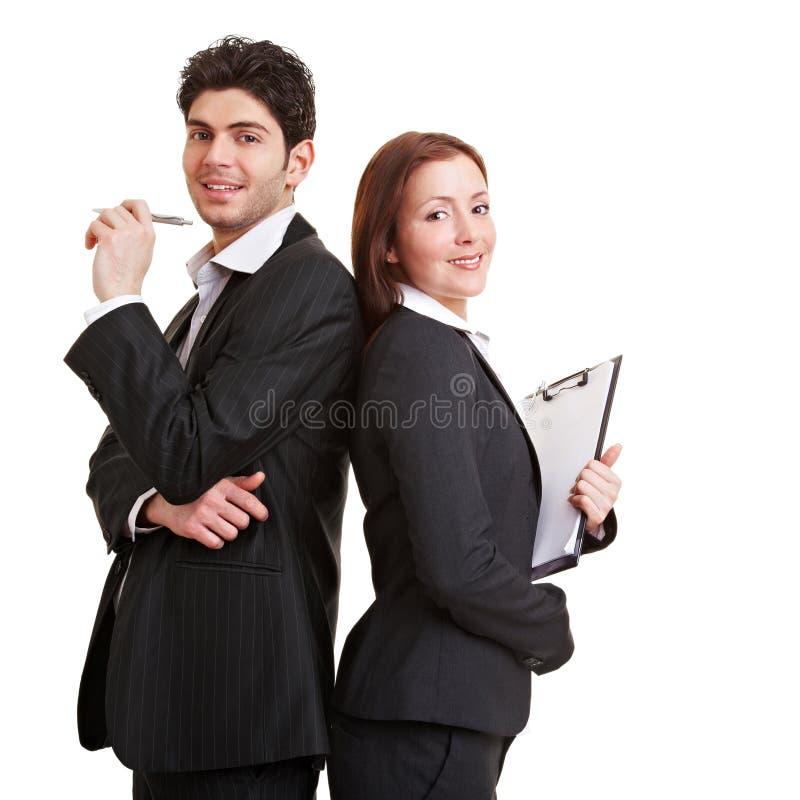 咨询的小组年轻人 免版税库存图片