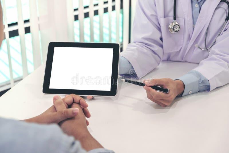 医治咨询的患者并且推荐治疗方法和ho 免版税图库摄影