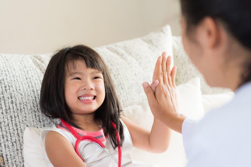 咨询的愉快的矮小的逗人喜爱的女孩在儿科医生 女孩 免版税图库摄影