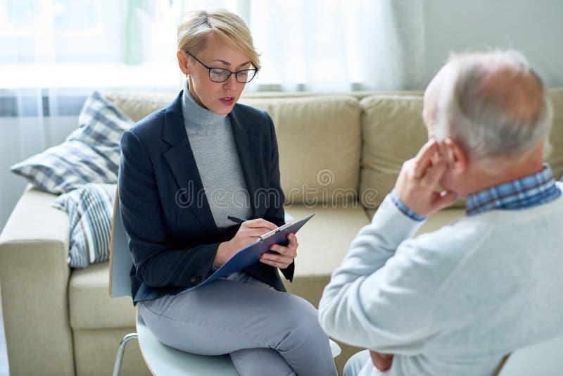 咨询资深患者的女性心理学家 免版税库存照片