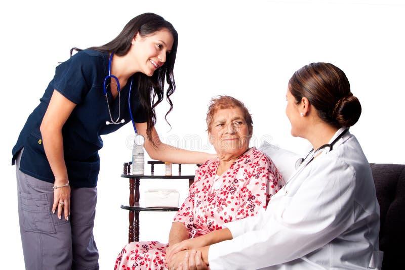 咨询资深患者的医生和护士 免版税库存照片
