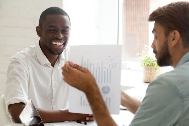 咨询非裔美国人的客户的白种人投资顾问 免版税库存照片