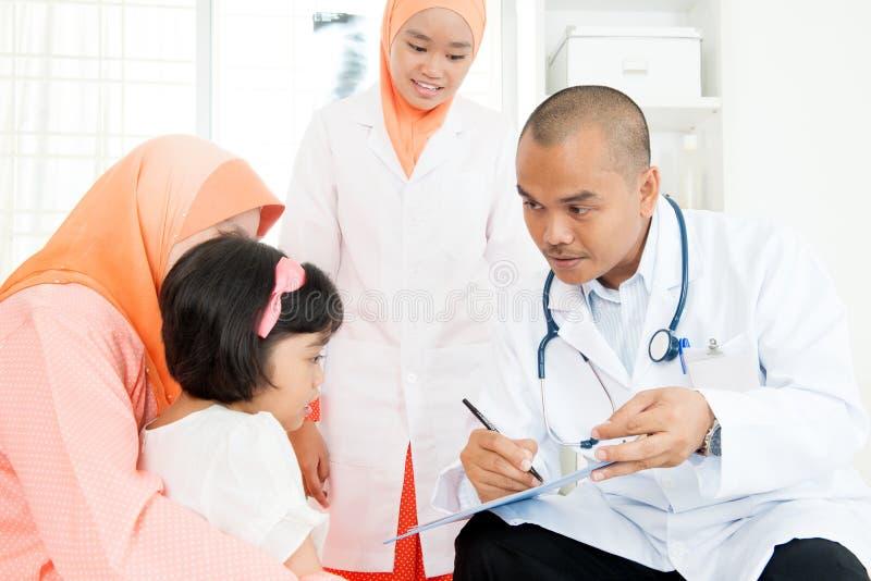 咨询医生的孩子 图库摄影